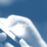 Przyczyną kłopotów ze snem może być niebieskie światło emitowane przez ekran smartfona.